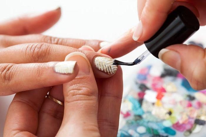idée comment réaliser un nail art facile pour noel, vernis à ongles effet doré et pailleté et lignes blanches, top coat