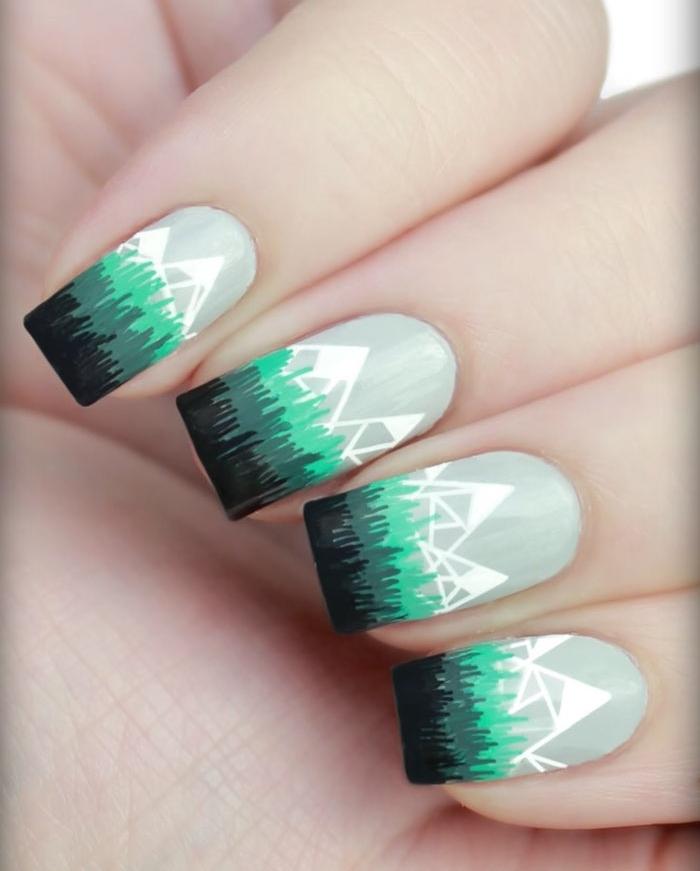 manucure noel simple, vernis à ongles gris clair avec motif montagne blanche géométrique et motif herbe verte