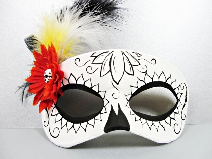 modèle de masque en blanc et noir avec plumes jaune et petite fleur artificielle rouge, idée déguisement halloween pour visage
