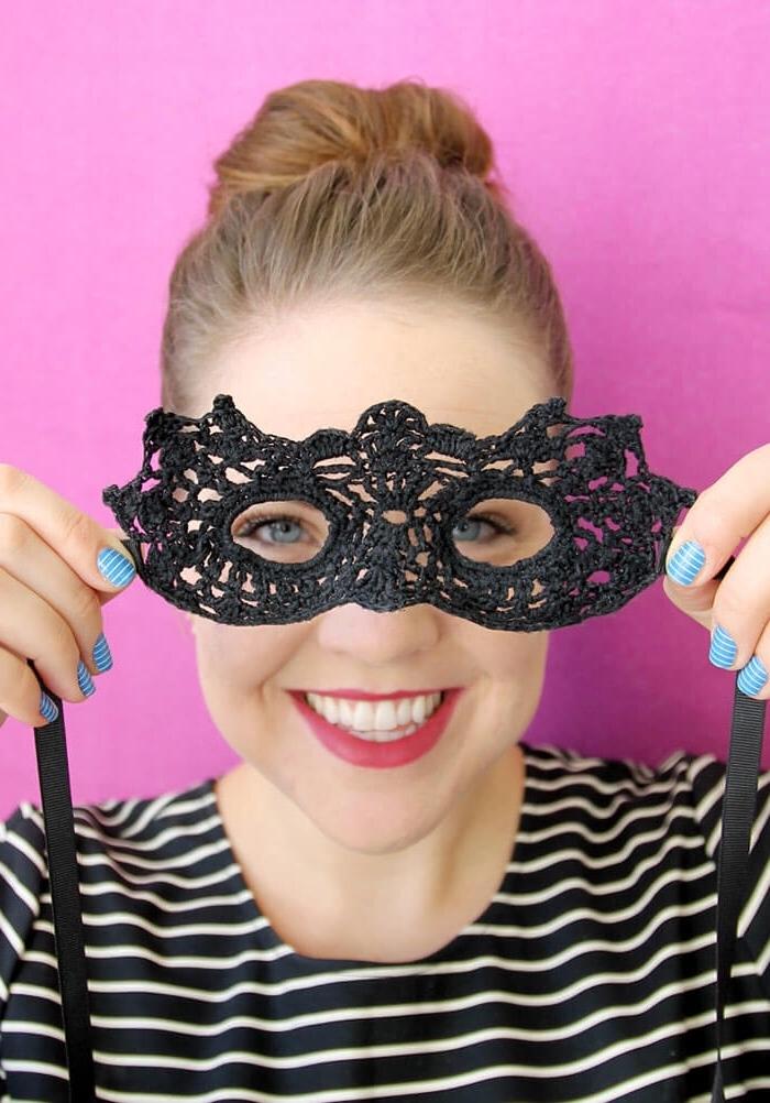 modèle de masque diy en dentelle noire et ruban noir, fille aux cheveux châtain foncé et maquillage aux lèvres rouges