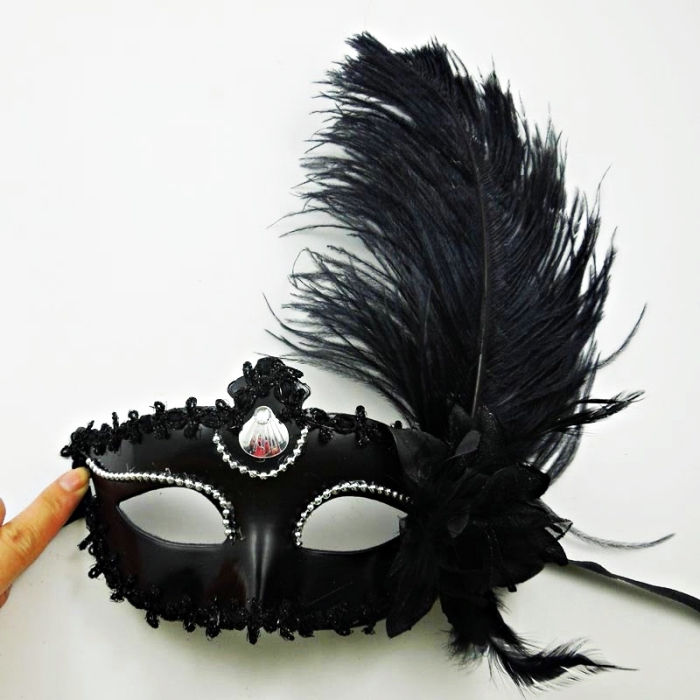 modèle de masque de carnaval noir avec plumes et dentelle florale noir, petite décoration avec strass argenté