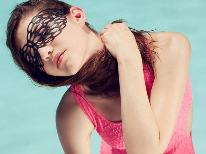 masque carnaval maternelle, femme aux cheveux longs en châtain foncé, masque deguisement noir pour femme