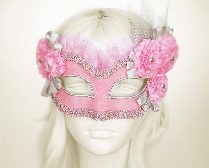 masque deguisement, modèle de masque de carnaval en rose et dentelle dorée avec petites perles dorées