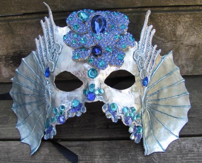 activités manuelles, modèle de masque de carnaval en couleurs violet turquoise et argent