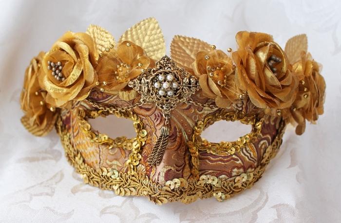 idée déguisement de carnaval pour femme, masque en petites fleures dorées et embellissement métallique