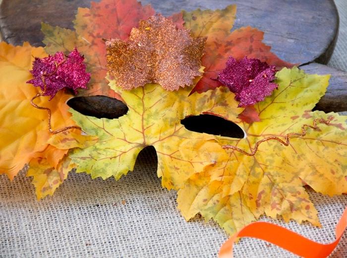 projet créatif avec feuillage, masque de carnaval décoré avec feuilles séchées en jaune et orange