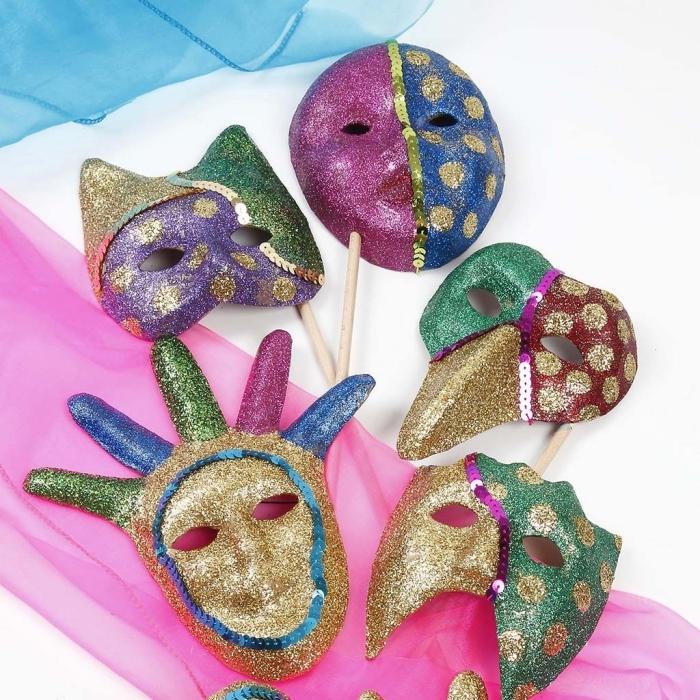 masque deguisement, projet diy à réaliser pour faire un masque carnaval en glitter, modèle de masque brillant