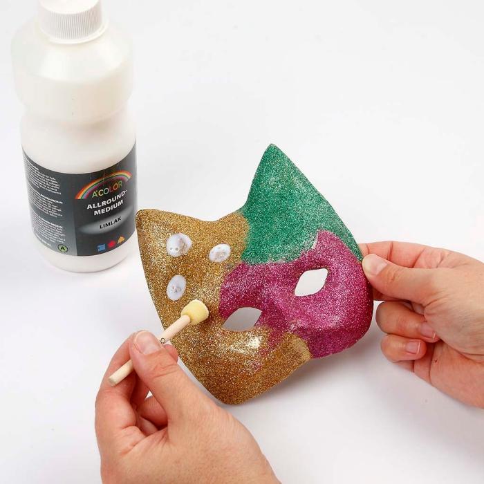 décoration avec peinture glitter sur masque en carton pour fabriquer son déguisement de carnaval