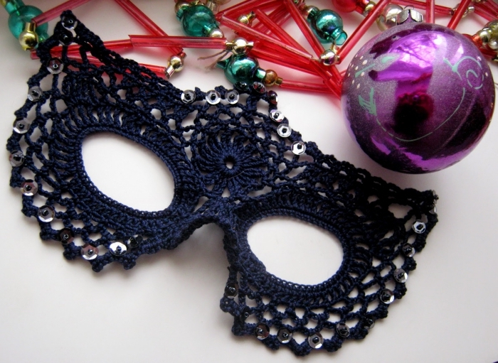projet créatif diy pour faire un deguisement de visage, masque de carnaval en noir et strass argenté
