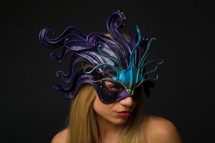 masque carnaval venise, femme aux cheveux longs et blonds avec masque bal en violet et turquoise
