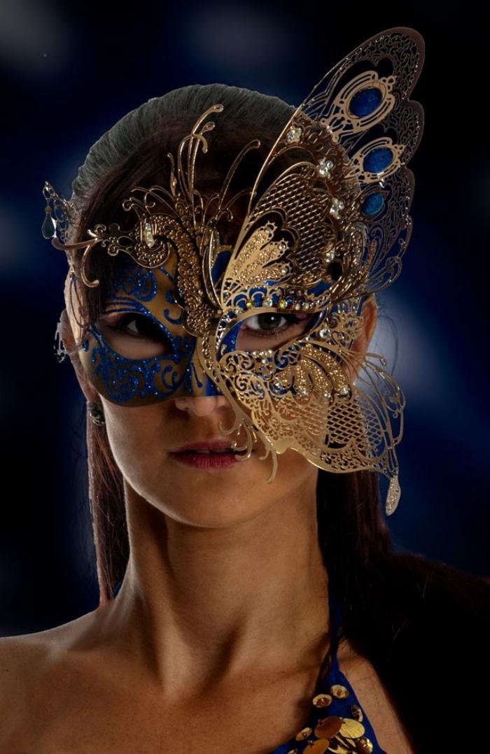déguisement de carnaval pour femme avec masque à design papillon aux ailes dorées et bleus