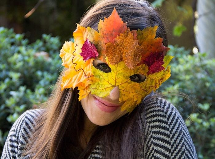 idée diy pour fabriquer un masque de carnaval en feuilles sechées, fille aux cheveux longs en chatain foncé
