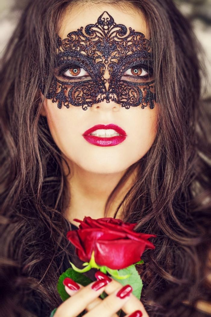 masque bal masqué femme, femme aux cheveux longs et bouclés avec masque en dentelle noire sur le visage