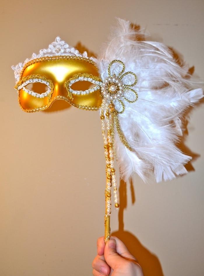 masque de carnaval diy en blanc et or, masque avec plumes blanches et perles dorées