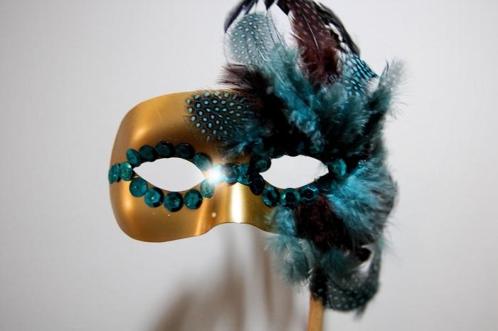 masque carnaval maternelle, modèle de masque doré avec plumes turquoise et paillettes