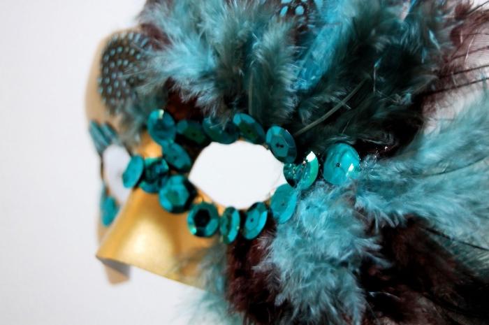 idée activité manuelle, décoration de masque de carnaval aux plumes et paillettes turquoise