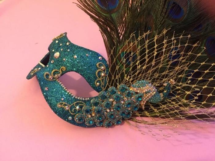 masque deguisement, projet diy créatif pour faire un masque de carnaval avec plumes de paon