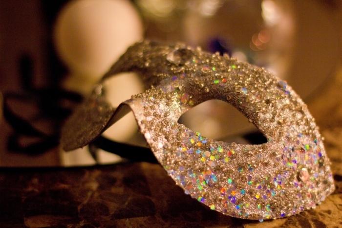 loisir creatif, décoration de masque en carton avec paillettes, activités manuelles pour mascarade