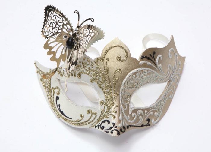 masque carnaval venise, modèle de masque en plastique blanc avec embellissement doré et papillon métallique