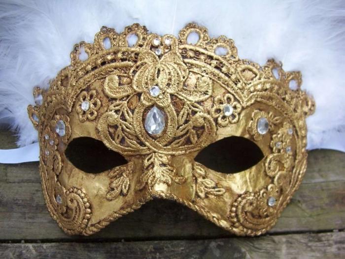 masque bal masqué femme, modèle de masque de carnaval à design doré avec petits cristaux et plumes