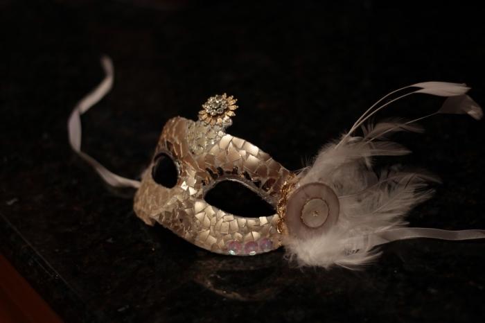 masque de carnaval, masque de fête à design doré avec plumes blanches et embellissement métallique
