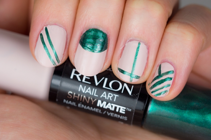 French manucure noir mat et brillant modèle nail art cool vert et beige de revlon nail art shiny matte
