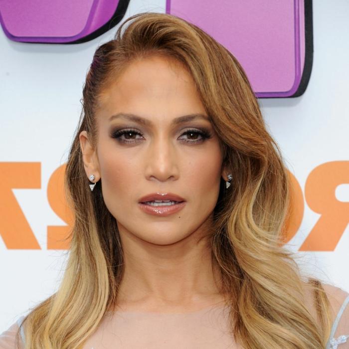 meche cuivré sur cheveux brun, cheveux longs de Jennifer Lopez, grandes spirames autour du visage