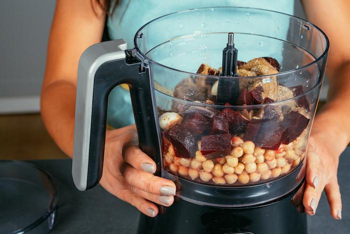 melanger tous les ingredients dans un melangeur pour faire houmous maison, idee apero dinatoire simple vegetarien