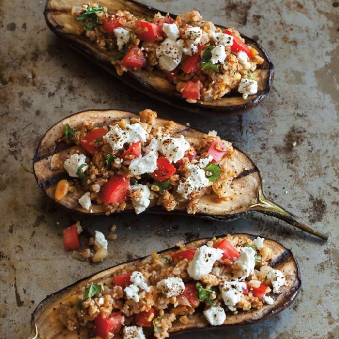 un apéritif végétarien délicieux et rapide d aubergines grillées farcies de bulgur,feta et pignons