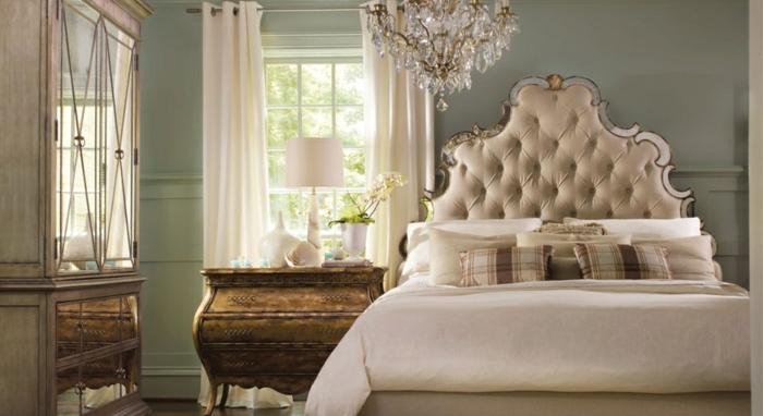 meuble baroque, tete de lit beige cadre argenté, lustre à pampilles, commode vintage bois