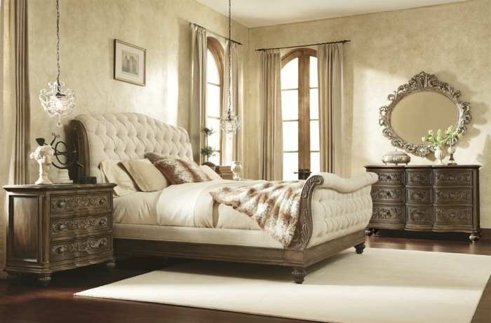 meuble baroque, meubles en bois gravé, grandes fenêtres arcs, tapis blanc carré
