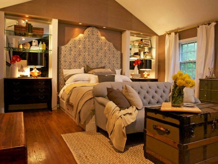 meuble baroque pas cher, grande valise anciene, tapis beige, tete de lit en tissu
