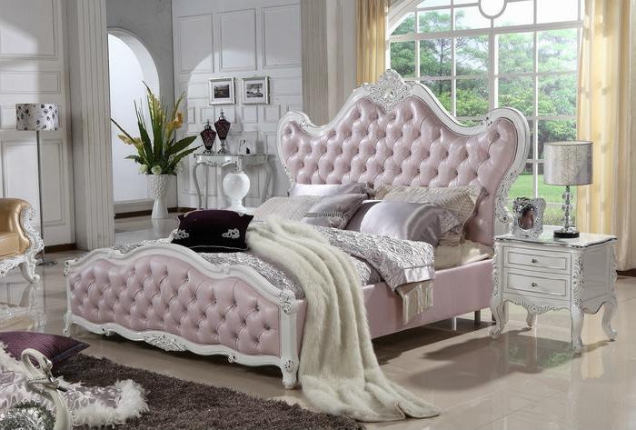 meuble baroque pas cher, lit baroque mauve, grande fenetre, tapis marron