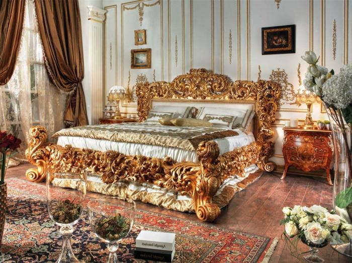 meuble baroque pas cher, grand lit orné de motifs sculptés dans l'arbre et déco murale