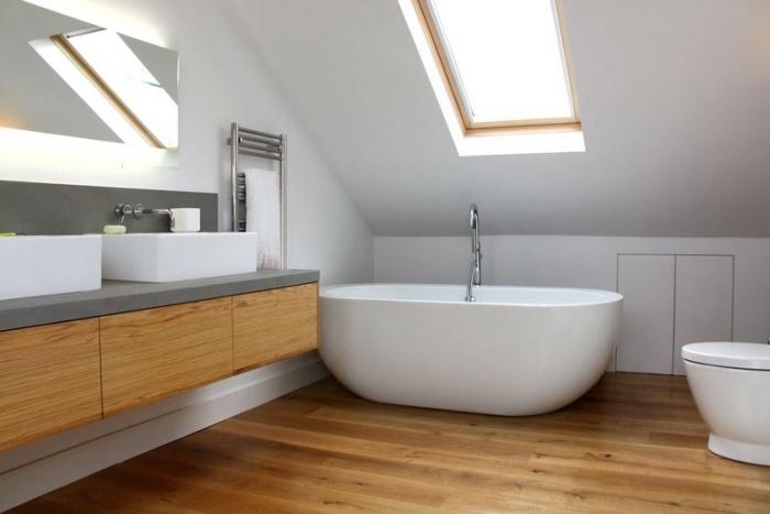 meuble salle de bain double vasque, déco moderne en blanc et bois avec fenêtre de toit et baignoire