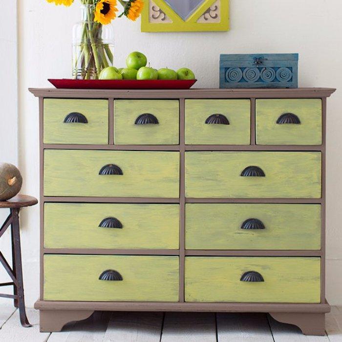 meuble relooké et repeint de peinture jaune de vert, poignées noires, look vintage, pommes vertes