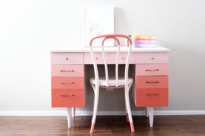 comment relooker un meuble avec de la peinture rose et saumon à effet ombré et chaise repeinte, coin bureau enfant, parquet foncé