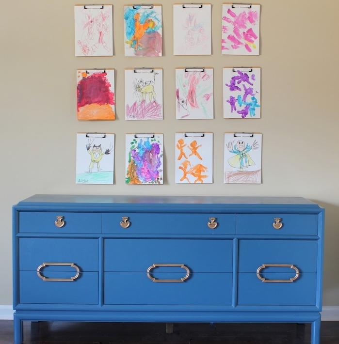 exemple de meuble repeint de peinture bleue avec des poignées de placards et tiroirs, style vintage, mur de dessins enfant