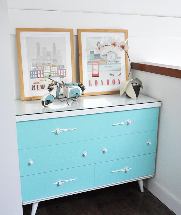 peindre un meuble vintage ancien de peinture bleue, cadres en bois avec motif londres, parquet marron