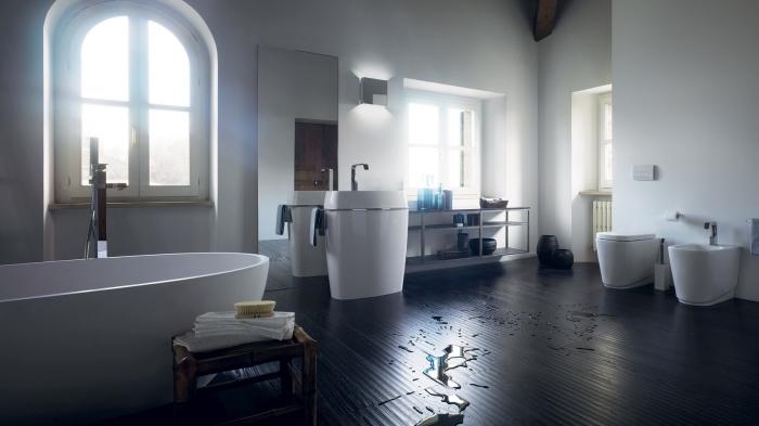 parquet flottant salle de bain, pièce aux murs blancs et plancher en bois foncé avec meubles céramique