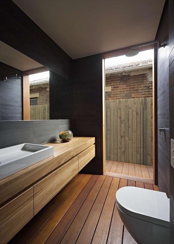 meuble vasque salle de bain, déco espace limité avec revêtement mural en bois foncé et plancher en bois clair