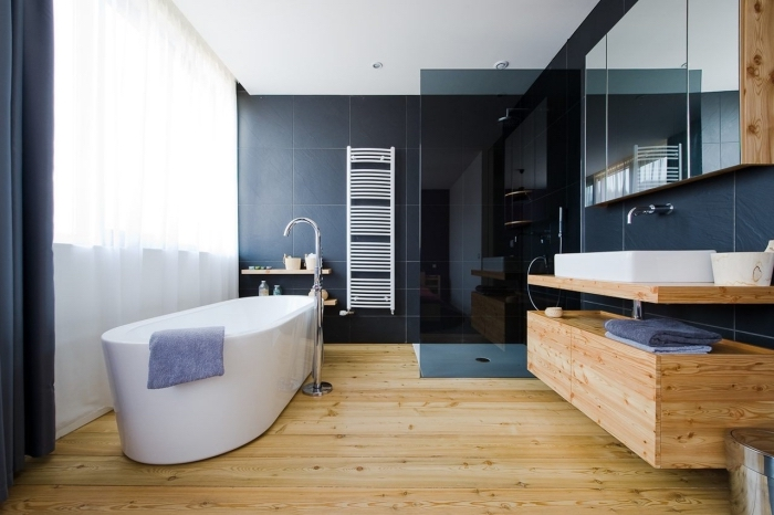 idee deco salle de bain, pièce avec plancher en bois et carrelage en noir, grande fenêtre avec rideaux noirs et voiles blanches