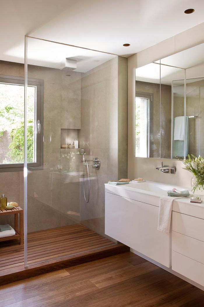 meuble sous lavabo, salle de bain avec cabine de douche au carrelage beige et plancher en bois foncé