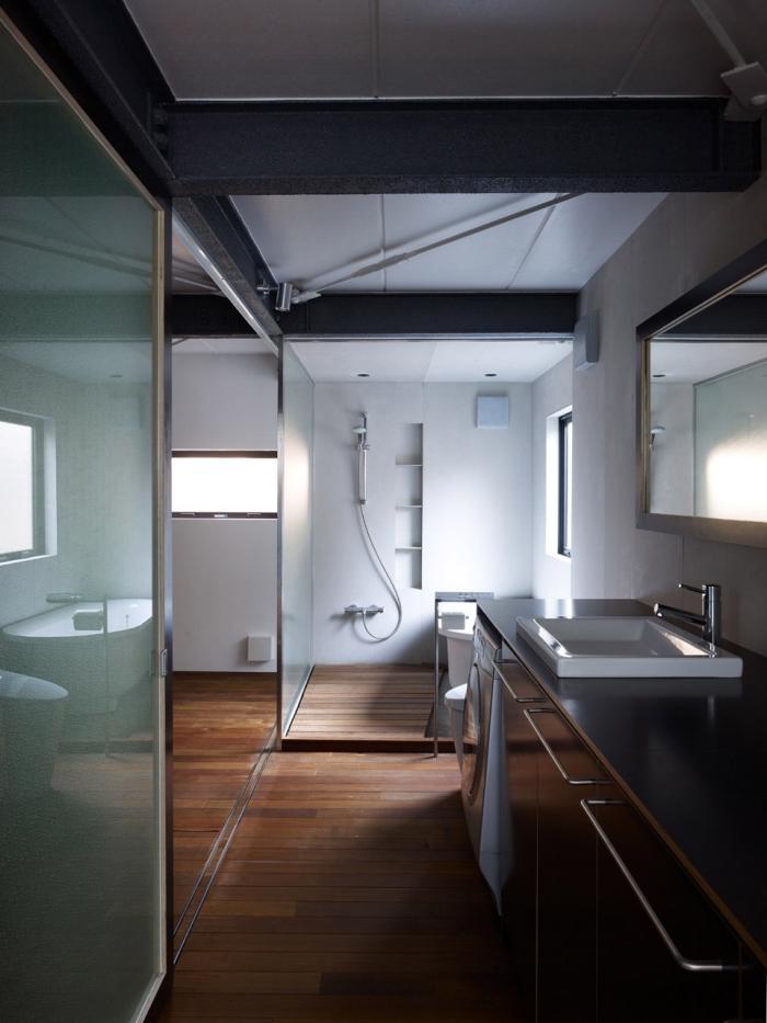 revetement sol, rangement vertical en bois, plancher en bois foncé et murs peints en blanc avec plafond noir