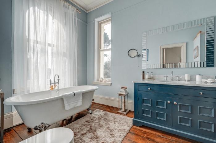 plancher salle de bain, pièce bleue avec plancher en bois et tapix moelleux en beige et marron