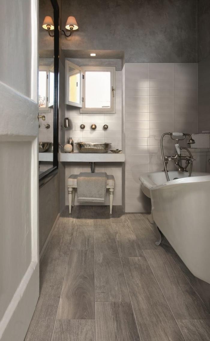 sol stratifié salle de bain, aménagement de salle de bain en longueur avec petite fenêtre et porte blanche