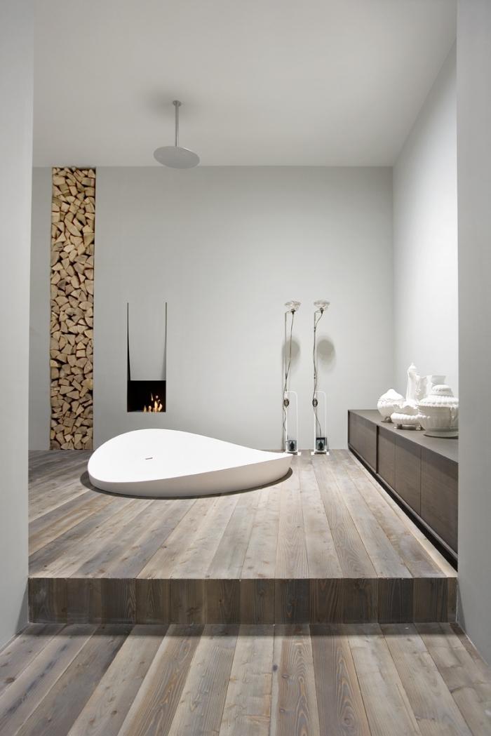 revetement de sol salle de bain, déco moderne avec cheminée dans la salle de bain et papier peint décoratif à design bois