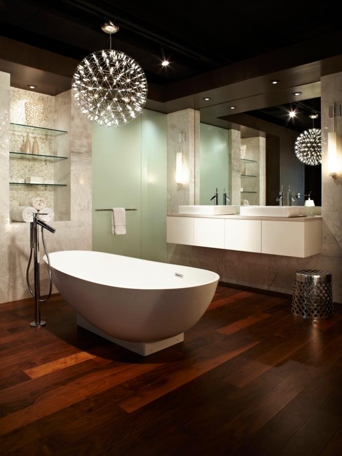 sol stratifié salle de bain, pièce au plafond noir et plancher en bois foncé avec grand miroir et murs à design marbre