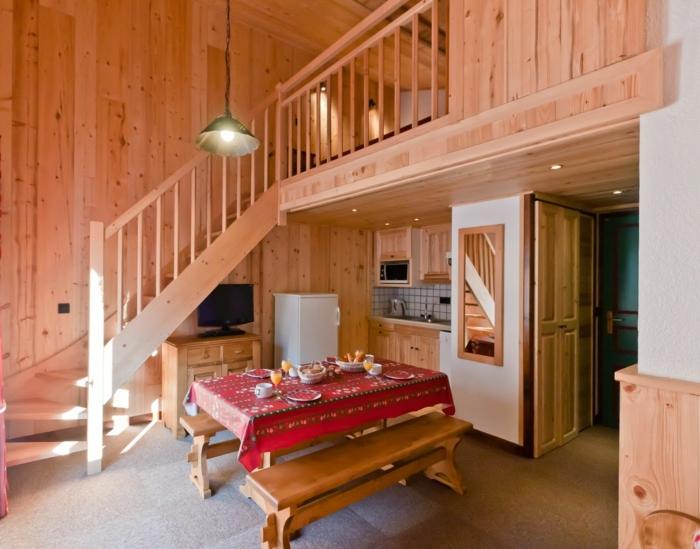 mezzanine chambre, aménagement rustique, lampe industrielle, escalier loft
