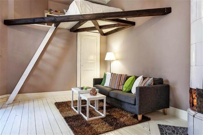 mezzanine chambre, petite mezzanine avec lit, plancher en bois blanc, échelle blanche, tapis rectangulaire
